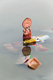 Социальный вопрос, индусское погружение идолов бога (Ganesh Laxmi) в воде Стоковые Изображения RF
