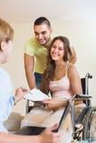 Социальный работник и инвалидное с супругом стоковое фото