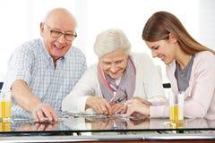 Социальный работник разрешая мозаику Стоковые Изображения RF