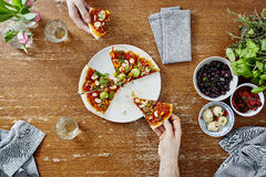 Социальный сбор есть и деля органическую пиццу Стоковое Изображение RF