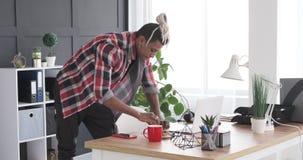 Сочинительство бизнесмена на слипчивом примечании и вставлять его на ноутбуке офиса сток-видео