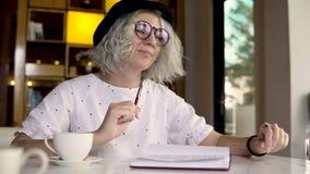 Сочинительство женщины в журнале, дневнике видеоматериал