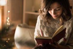Сочинительство женщины на sketchbook Стоковые Фотографии RF