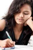 сочинительство красивейшей девушки индийское бумажное напряженнейшее стоковая фотография rf
