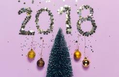 Сочинительство 2018 Нового Года составленное блестящего confetti над рождественской елкой Стоковое Фото