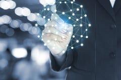 Сочинительство руки бизнес-леди на глобальной вычислительной сети и данных, технологии и социальной концепции средств массовой ин Стоковые Изображения RF
