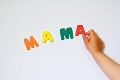 сочинительство слова mama руки ребенка Стоковое Изображение