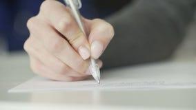 Сочинительство студента с ручкой сток-видео