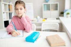 сочинительство таблицы школы девушки Стоковое Изображение RF