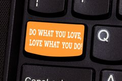 Сочинительство текста почерка делает чего вы любите любовь чего вы делаете Смысл концепции делает вещи с клавиатурой положительно стоковые изображения