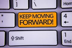 Сочинительство текста почерка держит двинуть вперед мотивационный звонок Прогресс оптимизма смысла концепции упорно добиваться po стоковое фото rf