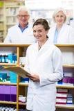 Сочинительство аптекаря на файле в фармации Стоковые Изображения