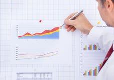 Сочинительство бизнесмена на диаграмме Стоковое Изображение
