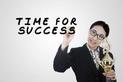 Сочинительство бизнес-леди в стеклянной доске Стоковое Фото