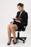 Сочинительство бизнес-леди в тетради Стоковая Фотография RF