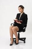 Сочинительство бизнес-леди в тетради Стоковые Изображения RF