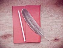 сочинительство ленты раздела золотистой тетради зажима книги красное Стоковое Изображение