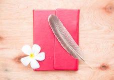 сочинительство ленты раздела золотистой тетради зажима книги красное Стоковая Фотография