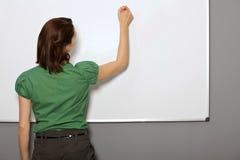 Сочинительство коммерсантки на Whiteboard в офисе Стоковые Изображения RF