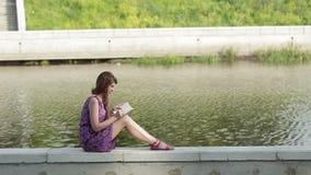 Сочинительство маленькой девочки берегом реки сток-видео