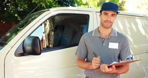 Сочинительство работника доставляющего покупки на дом на доске сзажимом для бумаги акции видеоматериалы