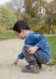 Сочинительство ребенка в песке Стоковые Изображения RF