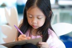 Сочинительство ребенка на тетради Стоковые Фотографии RF