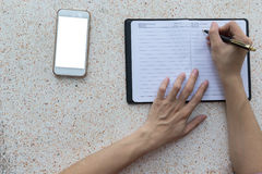 Сочинительство руки взгляд сверху на тетради Стоковые Фотографии RF
