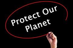 Сочинительство руки защищает нашу планету с отметкой над прозрачным b Стоковые Фото