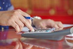 Сочинительство руки и калькулятор рассчитывать в офисе Стоковое Изображение