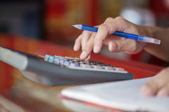 Сочинительство руки и калькулятор рассчитывать в офисе Стоковое фото RF