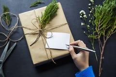 Сочинительство руки на подарках на рождество Стоковое Изображение RF