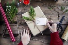 Сочинительство руки на подарках на рождество Стоковые Изображения RF