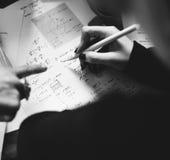 Сочинительство руки работая на образовании исследования назначения физики Стоковые Фотографии RF