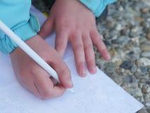 Сочинительство руки ребенка Стоковые Фото