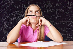 сочинительство таблицы школы девушки Стоковые Фото