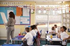Сочинительство учителя начальной школы на диаграмме сальто в уроке стоковые изображения