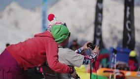 СОЧИ, РОССИЯ - 2-ОЕ АПРЕЛЯ 2016: Молодое selfie взятия пар внутри располагается лыжа курорта люди Snowboarders и лыжники сток-видео