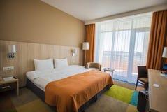 Сочи, Россия - 6-ое июля: Интерьер омеги гостиницы тюльпана гостиничного номера для 2 людей конструкция самомоднейшая стоковое фото rf