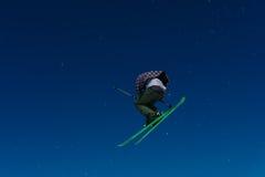 2017 04 Сочи, Россия, фестиваль NewStarCamp: лыжник скачет от высокого трамплина Стоковые Фото