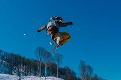2017 04 Сочи, Россия, фестиваль NewStarCamp: лыжник скачет от высокого трамплина Стоковая Фотография