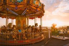 СОЧИ, РОССИЯ, 23-ЬЕ АПРЕЛЯ 2019 - carousel на пляже против неба захода солнца стоковое фото