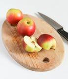 Сочная красная ложь яблок на деревянной доске Стоковые Фотографии RF