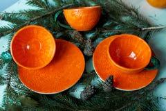 Сочная оранжевая пара чая на предпосылке ели разветвляет Чувство свежести и превидение Нового Года Стоковое фото RF