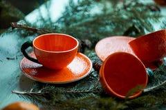 Сочная оранжевая пара чая на предпосылке ели разветвляет Чувство свежести и превидение Нового Года Стоковые Фото