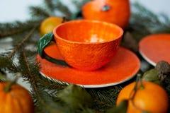 Сочная оранжевая пара чая на предпосылке ели разветвляет Чувство свежести и превидение Нового Года Стоковые Изображения