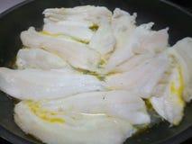 Сочная сырая рыба fillets жарить в горячем лотке Стоковое фото RF