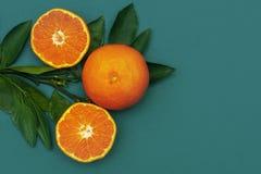 Сочное и очень вкусное оранжевое распространение на свежих оранжевых листьях орнамент, символ, картина Сохраньте космос top стоковое фото rf