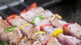 Мягкий, нежный кебаб на скиверах Мясо горит огнем и дымом традиционный способ приготовления вкусного мяса Камера видеоматериал