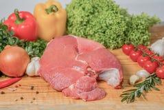 Сочное сырое мясо, entrecote на белой предпосылке, взгляд сверху говядины, конец вверх сырое мясо, отрезанная часть Ресторан кухн стоковое фото